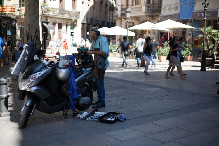 This guy seemed to be doing a roaring trade in sharpening knives for local restaurants on the back of his 'ped.